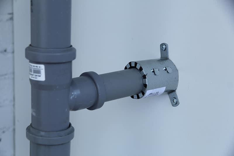 Противопожарная муфта на канализационной трубе