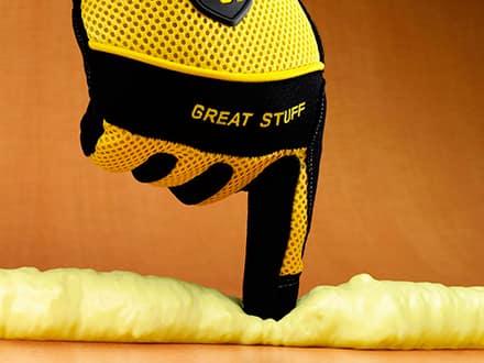 Работа с моотнтажной пеной в перчатках